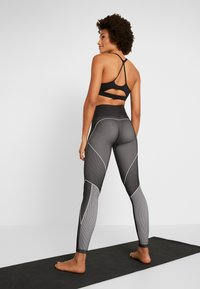 Reebok - SEAMLESS - Leggings - black - 2