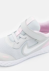 Nike Performance - REVOLUTION 5 UNISEX - Hardloopschoenen neutraal - photon dust/white/pink foam - 5