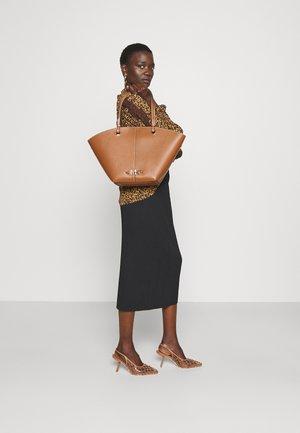 IZZY FAN TOTE SET - Handbag - brown
