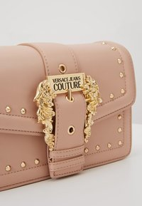 Versace Jeans Couture - BAROQUE BUCKLE STUD SHOULDER  - Across body bag - naked pink - 6