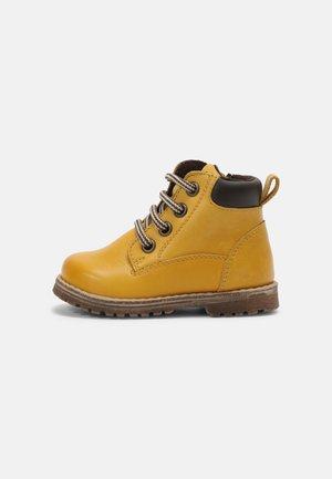 MONO UNISEX - Botines con cordones - yellow