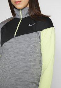 Nike Performance - MIDLAYER - Camiseta de deporte - smoke grey/limelight/black/reflective silver - 5