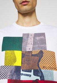 Ben Sherman - CROPPED GUITAR TEE - T-shirts med print - white - 5