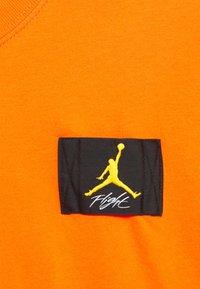 Jordan - ESSENTIAL BOXY TEE - Print T-shirt - electro orange - 2