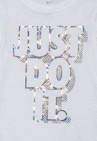 Nike Sportswear - IRIDESCENT SCOOP TEE - T-shirt print - white - 3