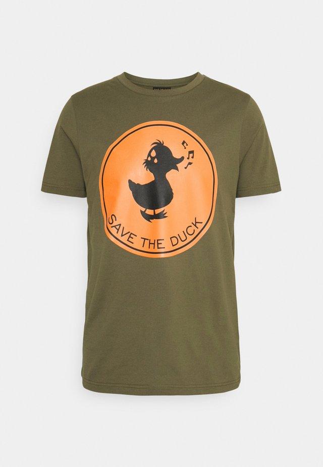 T-shirts med print - base verde