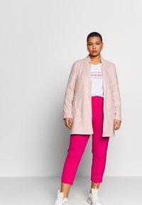 Vero Moda Curve - VMBRUSHED KATRINE  - Krátký kabát - nude - 1