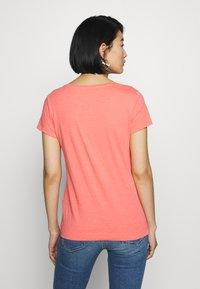 Mos Mosh - ARDEN V NECK TEE - Basic T-shirt - sugar coral - 2