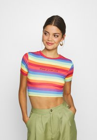 Missguided - PRIDE RAINBOW CROP TEE - T-shirts med print - multicoloured - 0