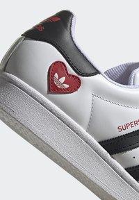 adidas Originals - SUPERSTAR - Tenisky - ftwr white/core black/scarlet - 9
