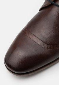 Bugatti - REFITO ECO - Stringate eleganti - dark brown - 5