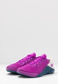 Nike Performance - METCON 5 - Zapatillas de entrenamiento - vivid purple/valerian blue/barely rose - 2