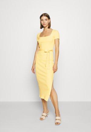 SQUARE NECK MIDI DRESS - Vestido de tubo - yellow