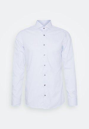 SLIM FIT - Camisa elegante - hellblau/weiß