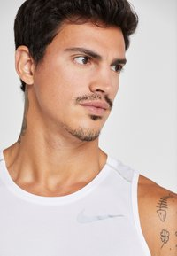 Nike Performance - DRY MILER TANK - Camiseta de deporte - white/vast grey/reflective silver - 3