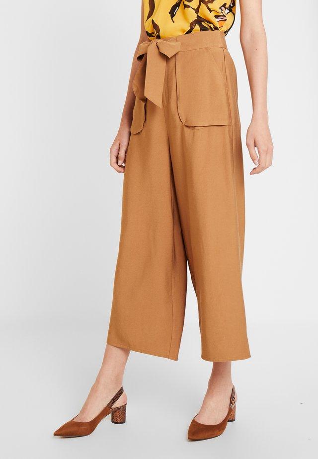 CULOTTE BOLSILLOS - Kalhoty - beige/camel