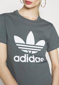 adidas Originals - TREFOIL TEE - T-shirt imprimé - blue oxide - 5