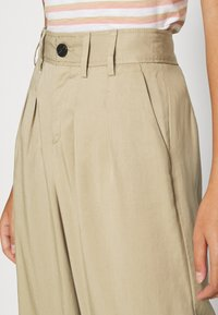Banana Republic - WIDE LEG PLEATED PANT - Kalhoty - light sand dune - 3