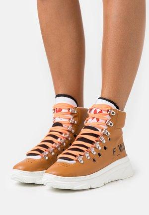 Šněrovací kotníkové boty - bioveg caramel/black/white