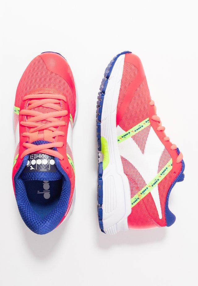 MYTHOS BLUSHIELD ELITE 3 - Neutral running shoes - fluo lava/white