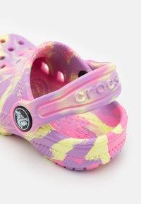Crocs - CLASSIC MARBLED - Pantofle - pink lemonade/multicolor - 5