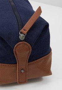 Pier One - UNISEX - Kosmetická taška - dark blue/cognac - 6