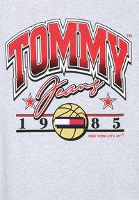 Tommy Jeans - VARSITY BBALL GRAPHIC TEE UNISEX - Triko spotiskem - silver grey - 5