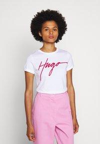 HUGO - THE SLIM TEE - T-shirt z nadrukiem - white - 0