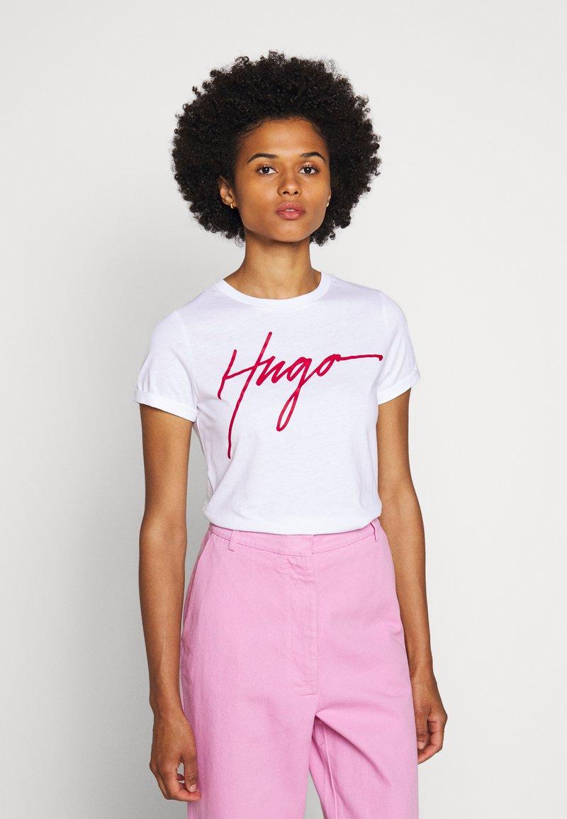 HUGO - THE SLIM TEE - T-shirt z nadrukiem - white