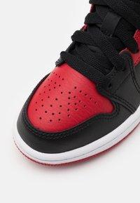 Jordan - 1 MID UNISEX - Basketball shoes - black/gym red/white - 5
