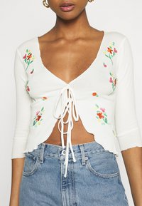 Glamorous - EMBROIDERED  WITH LETTUCE HEMS ELBOW LENGTH SLEEVES - Chaqueta de punto - cream - 5