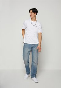 Levi's® - FIT TEE - T-shirt con stampa - neutrals - 1