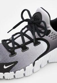 Nike Performance - FREE METCON 4 UNISEX - Treningssko - white/black - 5