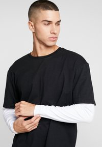Urban Classics - OVERSIZED SHAPED DOUBLE LAYER TEE - Langærmede T-shirts - black/white - 3