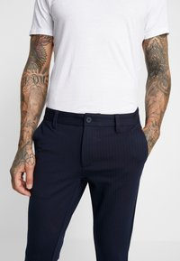 Only & Sons - ONSMARK PANT STRIPE - Pantalon classique - night sky - 5