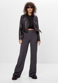 Bershka - MIT WEITEM BEIN  - Trousers - dark grey - 1