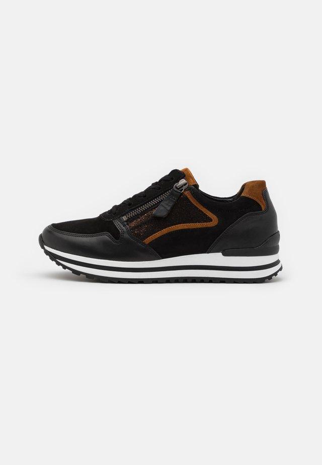 Zapatillas - schwarz/bronce/camel