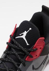 Jordan - ZOOM '92 - Sneakersy wysokie - smoke grey/black/gym red/white - 5