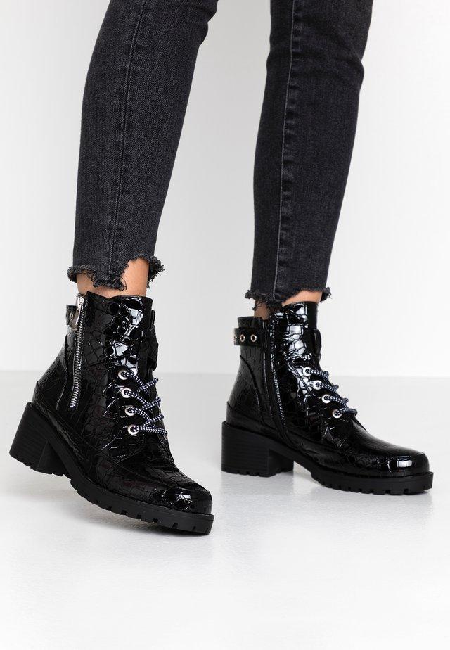 JANIS - Botines con cordones - black