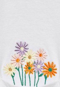Dedicated - VISBY FLOWER POCKET - Print T-shirt - offwhite - 2