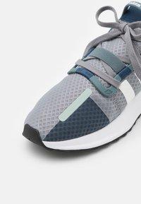 adidas Originals - U_PATH RUN UNISEX - Sneakersy niskie - grey three/footwear white/blue oxide - 5