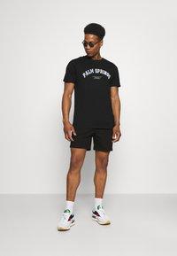 CLOSURE London - PALM SPRINGS TEE - T-shirt med print - black - 1