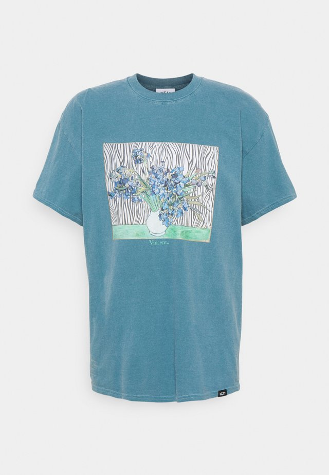 VINCENT FRONT PRINT TEE UNISEX - Print T-shirt - dark aqua