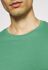 Pier One - 5 PACK - T-shirt basic - green/grey/yellow - 8