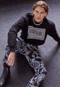 Versace Jeans Couture - BRUSHED PRINT REGALIA BAROQUE - Verryttelyhousut - nero - 3
