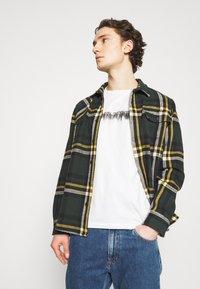Jack & Jones - JOREDGE TEE CREW NECK - T-shirt med print - cloud dancer - 3