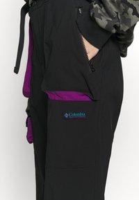 Columbia - POWDER KEGSTRETCH CARGO - Pantalones montañeros largos - black/plum - 5