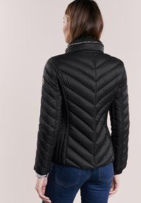 MICHAEL Michael Kors - SHORT PACKABLE PUFFER - Chaqueta de plumas - black - 2