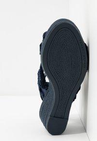 Tommy Hilfiger - FRINGES MID WEDGE  - Platform sandals - sport navy - 6