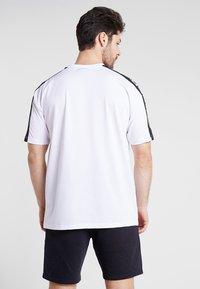 New Era - NFL OAKLAND RAIDERS OVERSIZED SHOULDER PRINT TEE - T-shirt med print - black - 2